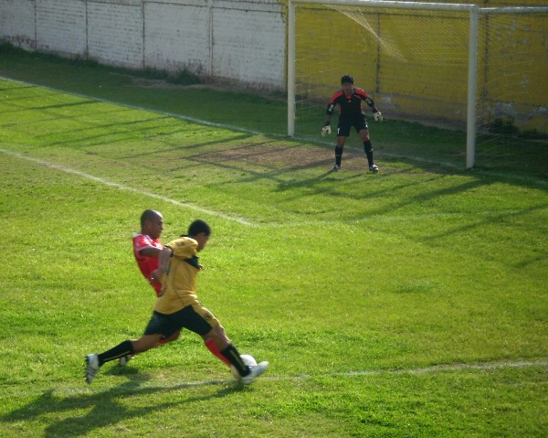 MÁS CANCHERO. El juvenil Arnaldo Cabanillas intenta proyectarse por su franja pero es bien interceptado por Luis Coello, una verdadera muralla en el Solís García (Foto: Antonio Yupanqui R)