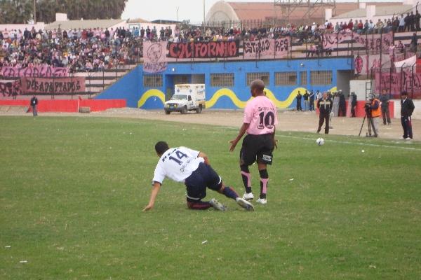 ASÍ NO SE PUEDE 'PROFE'. Waldir Sáenz se queja por la asfixiante marca que le aplicaron los aguileños. El '10' rosado no pudo anotar (Foto: Paul Arrese / DeChalaca.com)
