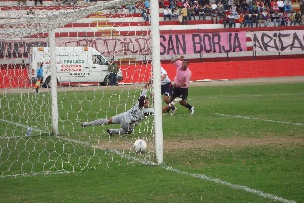 ASÍ EMPEZO. Carlos Elías le gana a su marcador y envía el furibundo remate, inatajable para Luis Tafur. Era el primero de la tarde (Foto: Paul Arrese / DeChalaca.com)