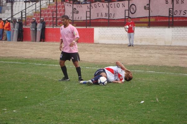 NO ESTUVO A LA ALTURA. Otro de los jugadores que no anotó pero destacó por su velocidad fue 'Ricky' Pérez. El ex edil fue clave en el ataque porteño (Foto: Paul Arrese / DeChalaca.com)