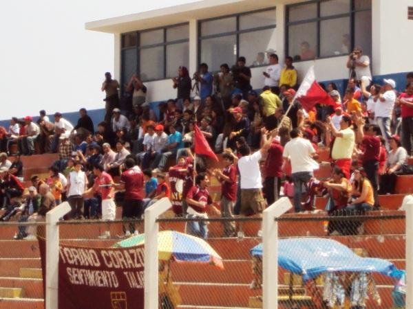 CONTIGO A TODOS LADOS. Los hinchas talareños se hicieron presentes en el estadio Rómulo Shaw Cisneros de Chancay, para alentar durante todo el encuentro al 'Taladro' (Foto: Mario Azabache / DeChalaca.com)