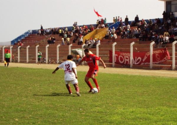 TODO POR SU FLANCO. El 'Leche' García intentaba eludir la marca de Andrés Zuluaga. Los embates chancayanos se generaron en su mayoría por el sector del lateral rojo (Foto: Mario Azabache / DeChalaca.com)