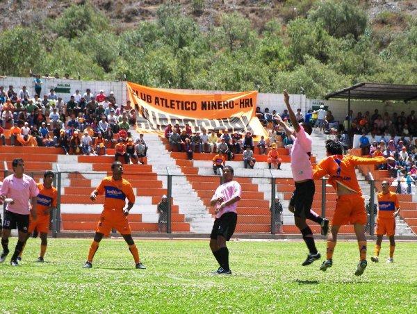 A POR ELLA. Todos van al salto. Retamoso estorba a Honores, mientras Caycho y 'Ricky' Pérez siguen atentamente la trayectoria del balón (Foto: Abelardo Delgado / DeChalaca.com)