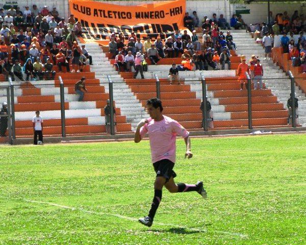 EL SALVADOR. Víctor Rossel tuvo su recompensa cuando expiraba la primera parte: convirtió el tanto del empate (Foto: Abelardo Delgado / DeChalaca.com)