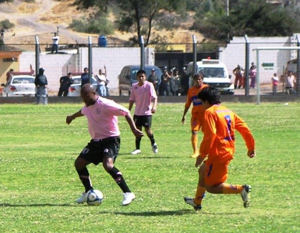 ESTUVO EN DEBE. Waldir Sáenz protege el balón mientras Nilton Retamoso lo acecha con la mirada. El '10' rosado solo tuvo destellos de buen fútbol (Foto: Abelardo Delgado / DeChalaca.com)