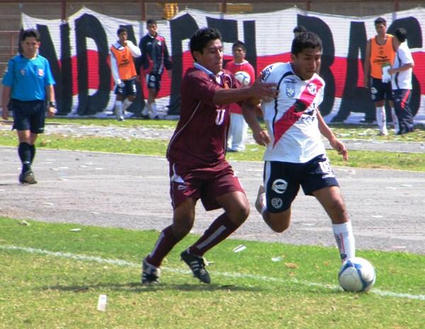 FUE FIGURA. Cristian Salazar es interceptado por Sebastián Oviedo. El volante edil colcaboró con dos goles en la victoria de su equipo (Foto: Wagner Quiroz / DeChalaca.com)