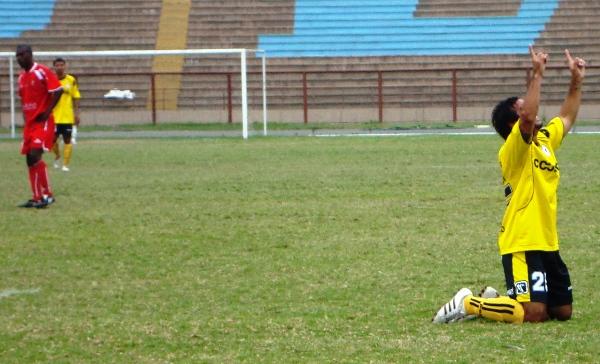 ÚLTIMO GRITO. Ricardo Uribe celebra el cuarto tanto de su equipo, a la postre, el gol que le otorgo los tres puntos a los chancayanos y el tercer lugar en la clasificación general (Foto: Paul Arrese / DeChalaca.com)