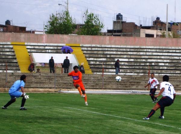 YA LO ENSAYABA. Como un presagio de los dos goles que marcaría esta tarde, José María Córdova generaba peligro en área aguilera (Foto: diario Primicia de Huancayo)