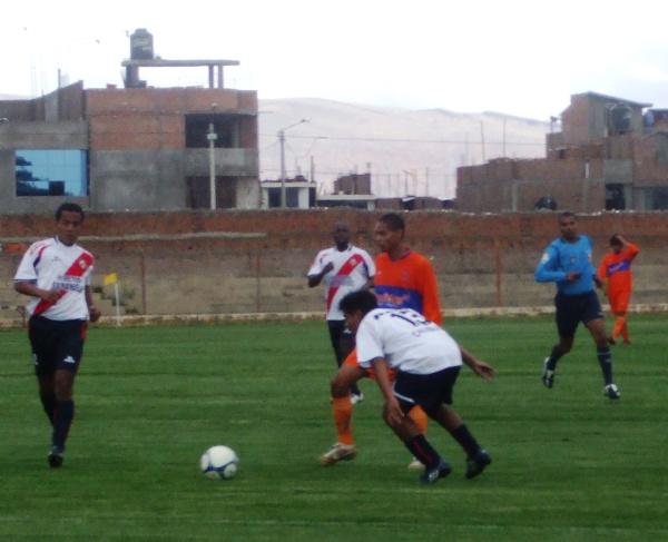 RÓTELA Y CUIDELA. Ricardo Ramos trasladaba el esférico ante la presencia de Nelson Canela y Óscar Ruiz. El mediocampista naranja tuvo una aceptable labor en Huancayo (Foto: diario Primicia de Huancayo)