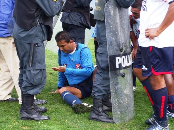 ABSURDO ATAQUE. Ricardo Céspedes -juez de línea- permanecía sobre el terreno de juego tras haber sido víctima de la cobarde agresión por parte del DT local (Foto: diario Primicia de Huancayo)
