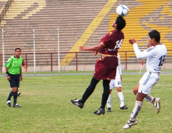 TODOS PARA ARRIBA. Jankarlo Chirinos anticipaba en el juego aéreo a Jimmy Flores (Foto: Wagner Quiroz / DeChalaca.com)