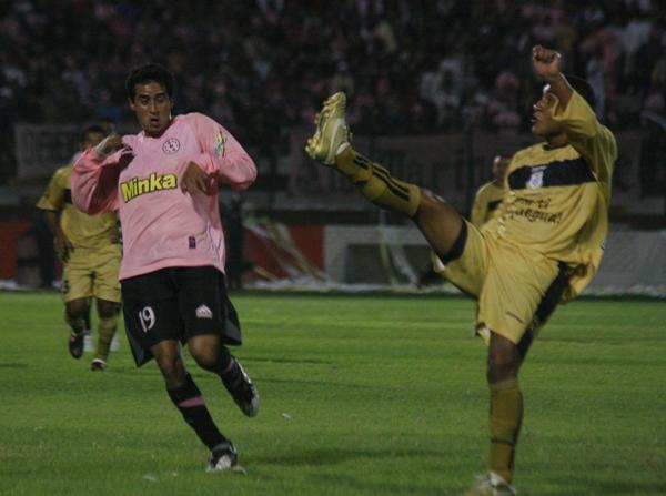 CON MUCHO CUIDADO. Víctor Rossel intenta superar la marcación de Javier Cardenas. El rosado casi siempre salio mejor parado (Foto: Andrés Durand)