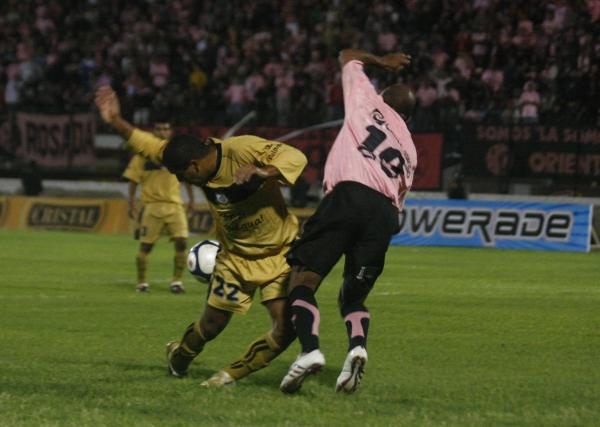 NO SE LE ESCAPA. Evert Lengua obstaculiza el ingreso de Waldir Sáenz, uno de los mejores jugadores en la gloriosa noche rosada (Foto: Andrés Durand)
