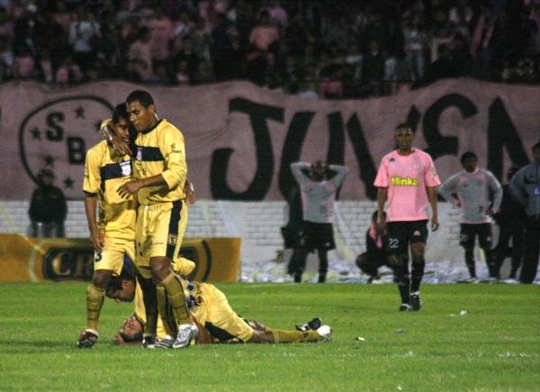 ESTABA EN SUS MANOS. El gol de Piero Casella, aparentemente, echaba al tacho el destino de Boys. Los moqueguanos ya se sentían en Primera (Foto: Andrés Durand)