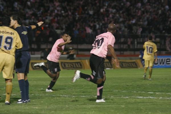 TODO SENTENCIADO. Elías corre despavorido para celebrar la anotación del triunfo. Waldir Sáenz se acoplará al festejo (Foto: Andrés Durand)