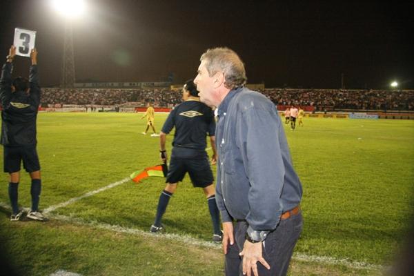 En la angustia previa al silbatazo final de Carrillo (Foto: Andrés Durand / DeChalaca.com)