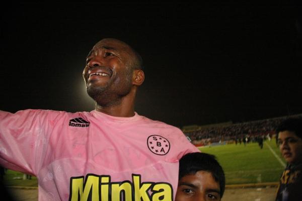 SE DESATÓ LA EUFORIA. Tras el final del partido, Waldir Sáenz fue uno de los que no pudo controlar su emoción con el título en sus manos: no cesó de llorar (Foto: Andrés Durand)