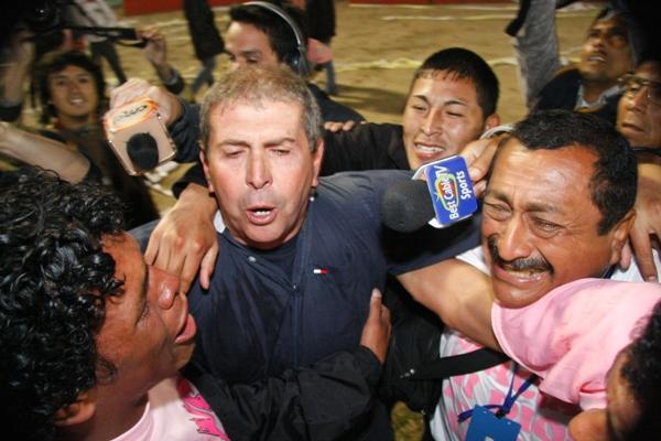 En el abrazo con la hinchada: entró en la historia rosada (Foto: Andrés Durand / DeChalaca.com)