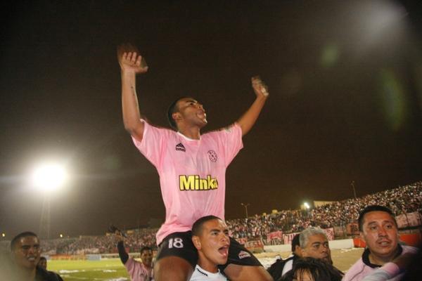 FECHA 22. Carlos Elías, el héroe de la final, es paseando en hombros. Con su tanto ante Cobresol, los rosados pegaron la vuelta a Primera División (Foto: Andrés Durand / DeChalaca.com)