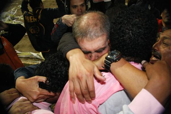 Refundido en el abrazo con Pajuelo y compañía (Foto: Andrés Durand / DeChalaca.com)