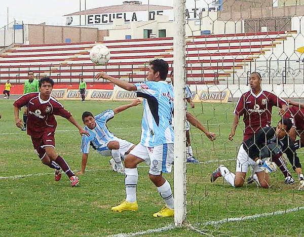 La defensa de Tecnológico poco pudo hacer ante la eficacia de la San Marcos en 2010 que tuvo a Pedro Bautista marcando dos goles (Foto: Paul Arrese / DeChalaca.com)