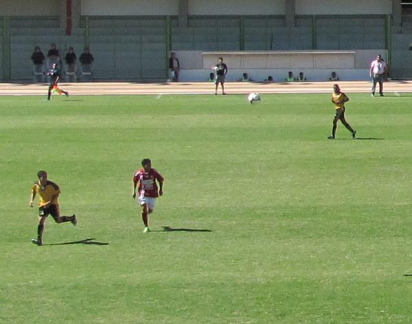 Arnaldo Cabanillas va al cruce ante Manuel Ato en el Cobresol - Torino del 4 de julio en Moquegua. El lateral actuó hasta los 70 minutos de juego. (Foto: Roice Zeballos)