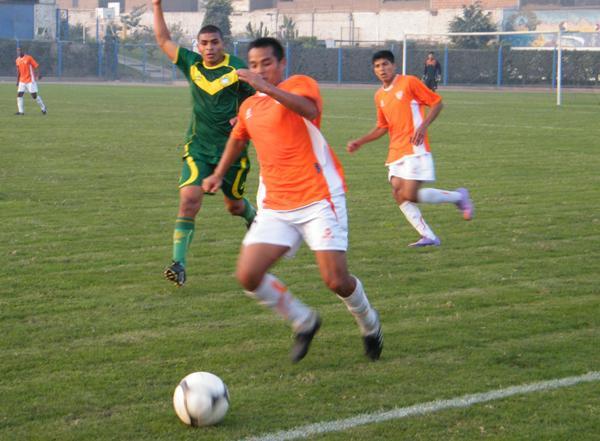 MÁXIMO ESFUERZO. Mientras Jonathan Asalde observa con mucha atención, Alexander Castillo trata de evitar que el balón traspase la línea lateral. (Foto: Wagner Quiroz / DeChalaca.com)