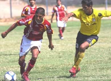 Harold Beltrán intenta anticipar a Jaime Huerta en la derrota 0-1 de Torino ante Coopsol por la Segunda División 2010. (Foto: diario La Hora de Piura)