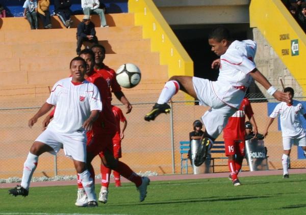 TIENE LA MAGIA. Carlos Jairsinho  Gonzales volvió a constituirse como la figura de su equipo. El hijo del recordado 'Mágico' Gonzales puso el tanto del empate en el partido contra 'Bolo'. (Foto: radio Uno de Tacna )