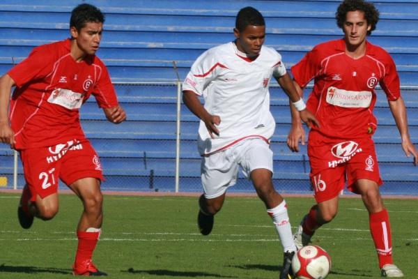 MUY PASIVOS. Vidal y Salas no pueden detener a Gonzales, quien emprende veloz carrera hacia al arco de Riofrío. (Foto: radio Uno de Tacna )
