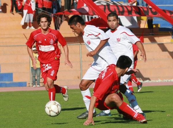 DURO OBSTÁCULO.  Los jugadores de Acosvinchos pese a salir victoriosos de Tacna, debieron esforzarse al máximo para superar a un aguerrido Bolognesi. (Foto: radio Uno de Tacna )