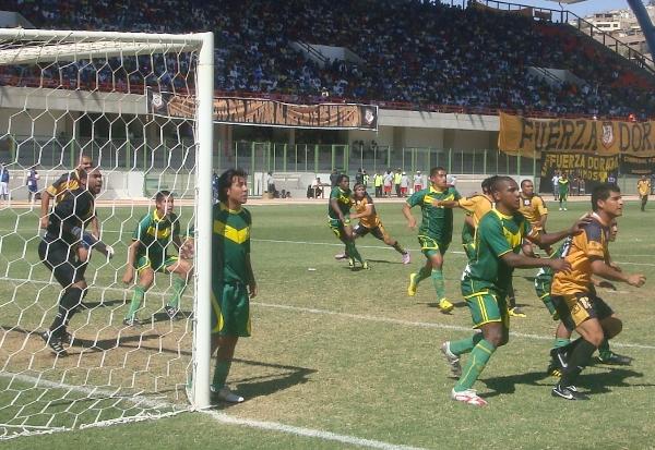 Escenas del partido entre Cobresol y Sport Áncash, por la Segunda División 2010. Aquella vez, Ramón Rodríguez le convirtió un tanto a la 'Amenaza Verde' (Foto: Richard Angulo / revista Fax Periodístico)