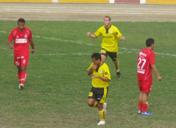 Festejo de Miguel Arrazábal luego de su tanto en la goleada 4-0 de Coopsol sobre Bolognesi en la Segunda División 2012. (Foto: Radio Líder Chancay)