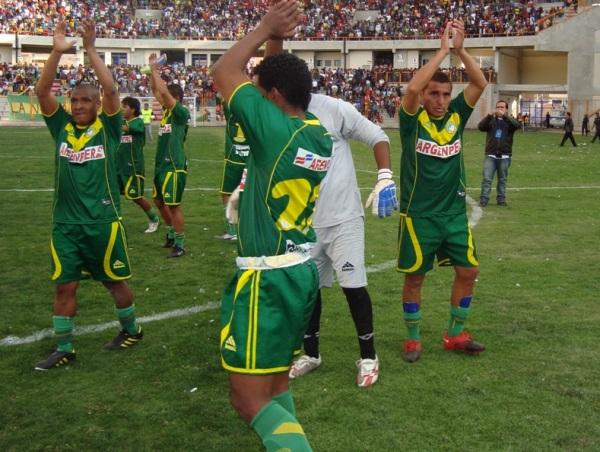 BAÑO DE POPULARIDAD. Los jugadores de Sport Áncash, liderados por Montenegro, agradecieron la numerosa asistencia en el remodelado estadio Rosas Pampa con un gesto con los brazos. (Foto: Segunda Division)