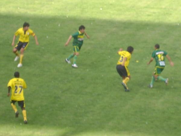 NO LO DEJA JUGAR. Huerta presiona a Vicente, quien se ve obligado a trasladar el balón hacia atrás para buscar apoyo. (Foto: Opinion Deportiva)