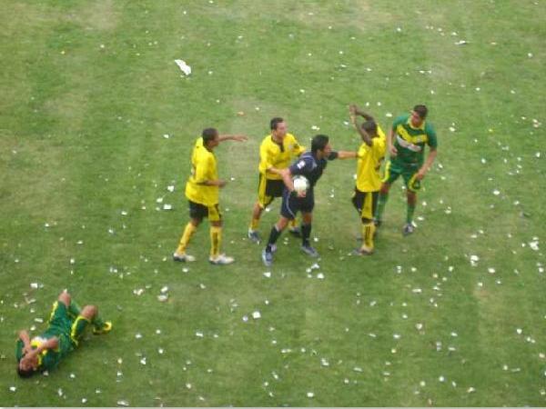 JUEGO FUERTE. Durante varios pasajes del encuentro, el juego fuerte se hizo presente dentro de la cancha.  (Foto: Opinion Deportiva)