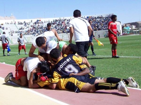 BENDITA CELEBRACIÓN. Los jugadores de Cobresol celebraron con todo el tanto agónico del argentino Quiñonez. (Foto: Freddy Mamaní)
