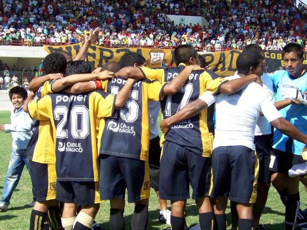 UNA SOLA CONSIGNA. Al final partido, y tras el triunfo ante Acosvinchos, los jugadores de Cobresol se reunieron para felicitarse. (Foto: Freddy Mamaní)