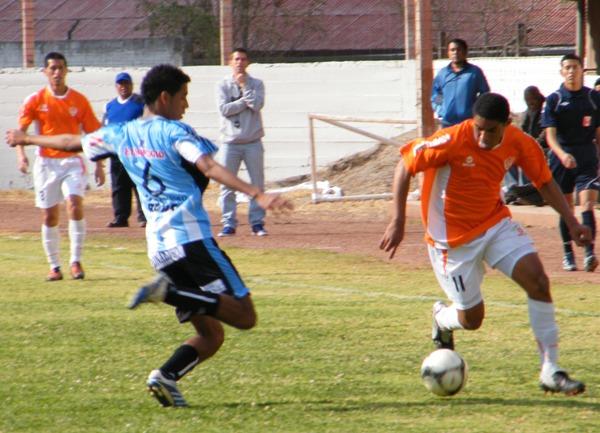 Jhoao Ward se le escapa a Ernesto Castañeda la vez que Minero le endosó seis goles al 'Tec' (Foto: Archivo DeChalaca.com)