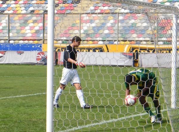 PESCADOR DE GOLES. Vicente fue la figura del encuentro al convertir dos goles.  (Foto: Wagner Quiroz / DeChalaca.com)