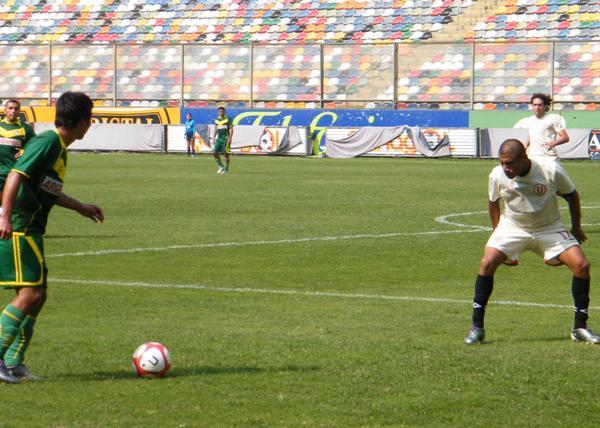 ¡QUÉ MIRADA! Zevallos mira muy atento a Bustamante, quien traslada el balón en las inmediaciones del área crema. (Foto: Wagner Quiroz / DeChalaca.com)