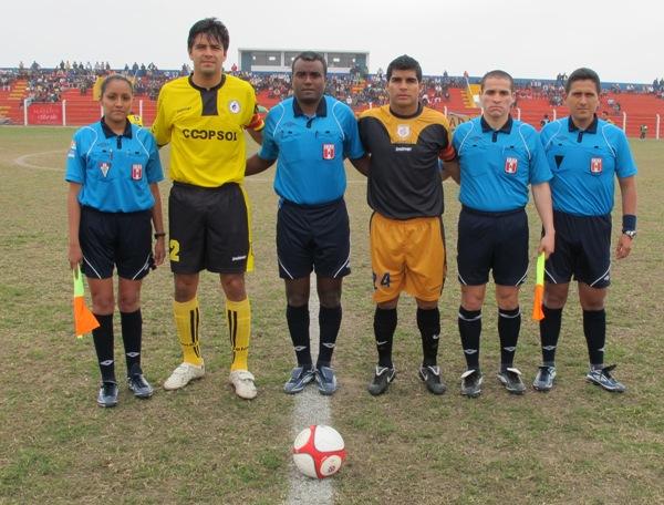 ESCENA TRADICIONAL. Sandro Gamarra (Coopsol) y Héctor Rojas (Cobresol), capitanes de ambos elencos, posan junto a la terna arbitral del cotejo. (Foto: Radio Líder Chancay)