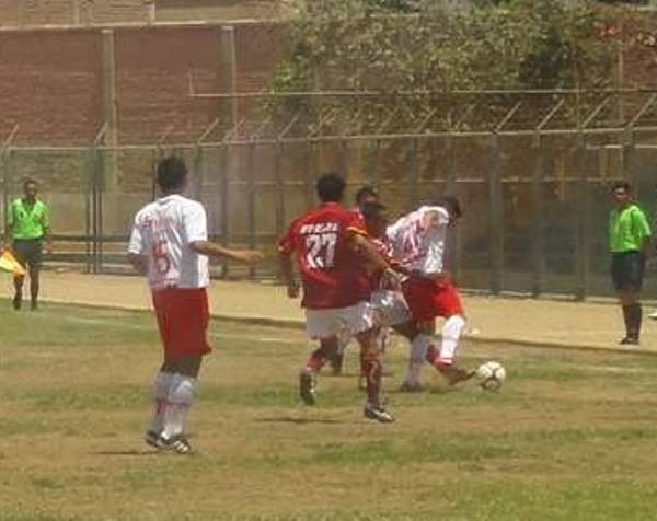 UNA INTENSA PRESIÓN. Joao Ramírez se presta a quitarle el balón a un jugador del 'Bolo'. Los jugadores del 'Taladro' estuvieron muy atentos a los embates del cuadro tacneño. (Foto: Diario La Hora de Piura)