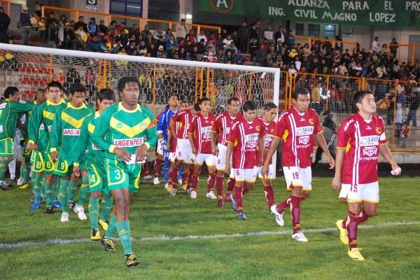 Y SE HIZO LA LUZ. Salida de los dos equipos, encabezados por los capitanes Cartagena y Guerra, en el estreno de la iluminación artificial en el Rosas Pampa (Foto: Panorama Huaraz)