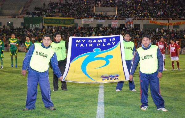 JUEGO LIMPIO, SOBRE TODAS LAS COSAS. Tras la presentación de los dos equipos, esta bandera se hizo notar en el centro del terreno de juego (Foto: Panorama Huaraz)