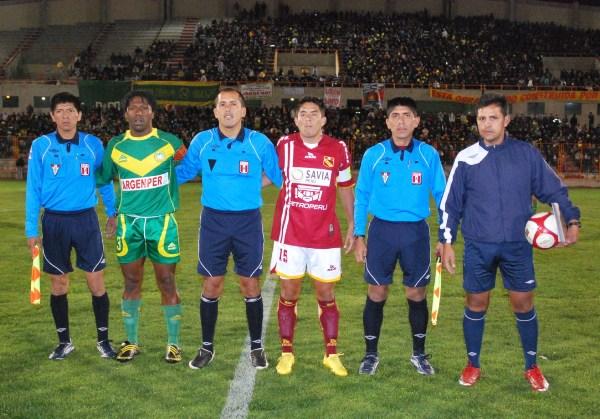 FOTO DE RIGOR. Una vez más, los capitanes de ambos equipos, ahora junto al cuarteto arbitral (Foto: Panorama Huaraz)