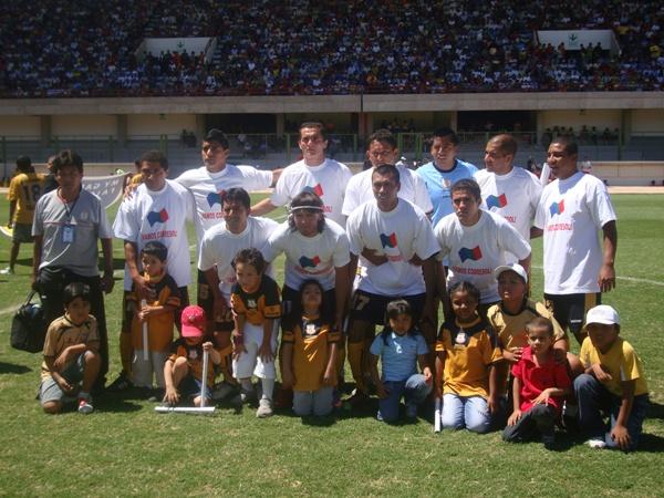 FUERZA COBRESOL. Todos animaron al equipo moqueguano, desde la foto ya eran más de once (Foto: Richard Angulo)