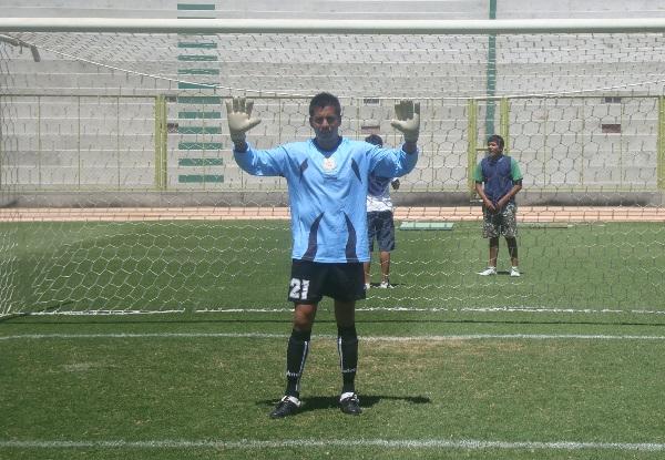 NO PASA NADIE. Sotillo posa para la foto y demostró su seguridad en los 90' pese a recibir un gol (Foto: Richard Angulo)