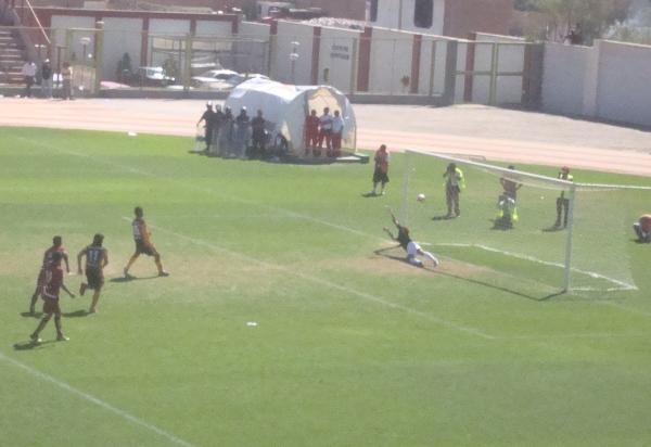 PENAL SIN PENA. Rojas ejecuta la pena máxima y pone el 3-1 final (Foto: Roice Zeballos)