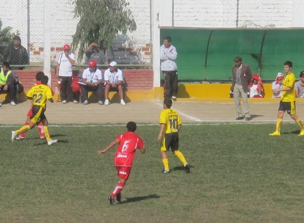 Fecha 13. Partidos como este impidieron a los limeños a buscar el ascenso. Se dejaron empatar por el Acosvinchos 2-2 jugando en el mismo Chancay. (Foto: Radio Líder de Chancay)